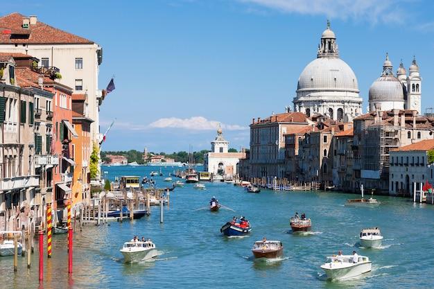 Wspaniały Widok Na Canal Grande I Bazylikę Santa Maria Della Salute, Wenecja, Włochy Premium Zdjęcia