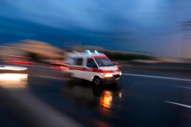 Wsparcie karetka pomaga pielęgniarka lekarz Darmowe Zdjęcia