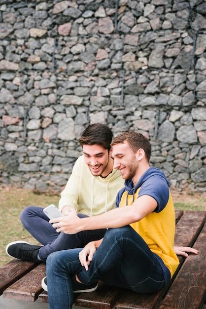 Współcześni Mężczyźni Oglądający Wideo Online Darmowe Zdjęcia
