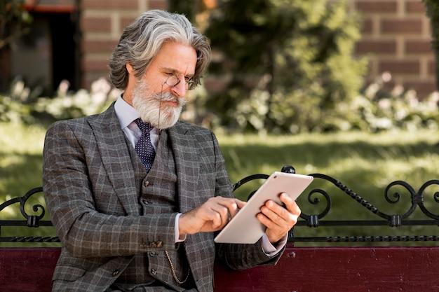 Współczesny Człowiek Z Brodą Przeglądanie Tabletu Darmowe Zdjęcia