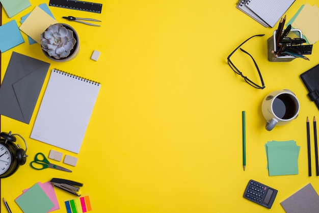 Współczesny obszar roboczy z dostawami na żółtym tle Darmowe Zdjęcia