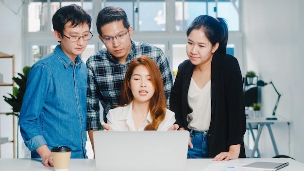 Wspólny Proces Wielokulturowych Biznesmenów Wykorzystujący Prezentację Na Laptopie I Spotkanie Komunikacyjne, Burza Mózgów Na Temat Strategii Sukcesu Planu Pracy Nowych Współpracowników Projektu W Biurze Domowym. Darmowe Zdjęcia