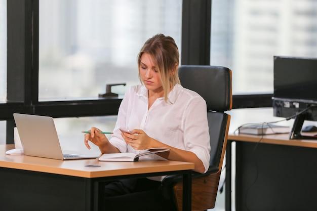 Współpracownicy Biznesowi Pracujący Razem W Biurze Premium Zdjęcia