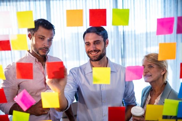 Współpracownicy Czytający Karteczki Premium Zdjęcia