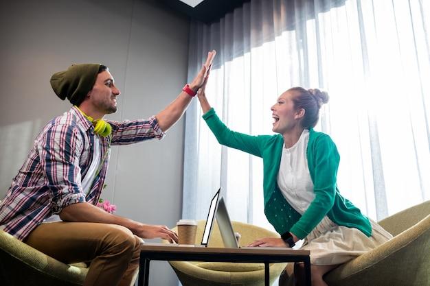 Współpracownicy Uśmiechają Się I Klaszczą Premium Zdjęcia