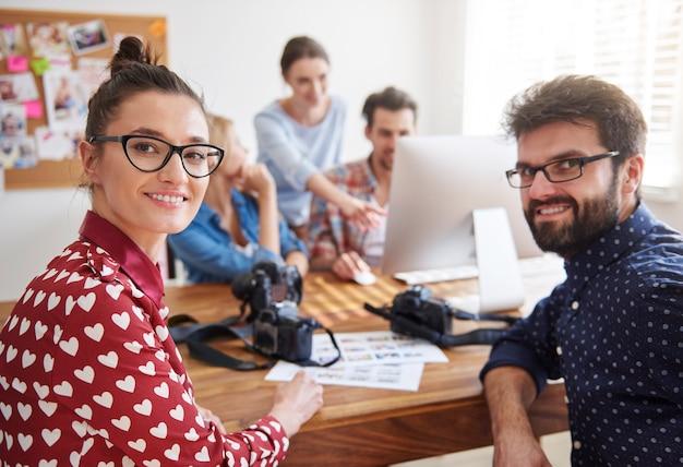 Współpracownicy W Biurze Z Aparatami Fotograficznymi I Komputerem Darmowe Zdjęcia