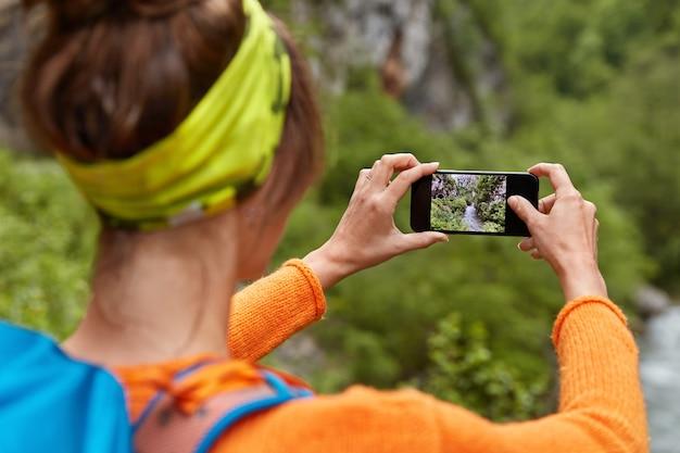 Wsteczne Ujęcie Turystki Robi Zdjęcie Rzeki W Wąwozie Na Smartfonie Do Umieszczenia W Sieciach Społecznościowych Darmowe Zdjęcia