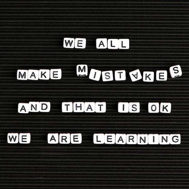 Wszyscy Popełniamy Błędy I To Jest W Porządku, Uczymy Się Typografii Tekstu Z Koralików Literowych Darmowe Zdjęcia