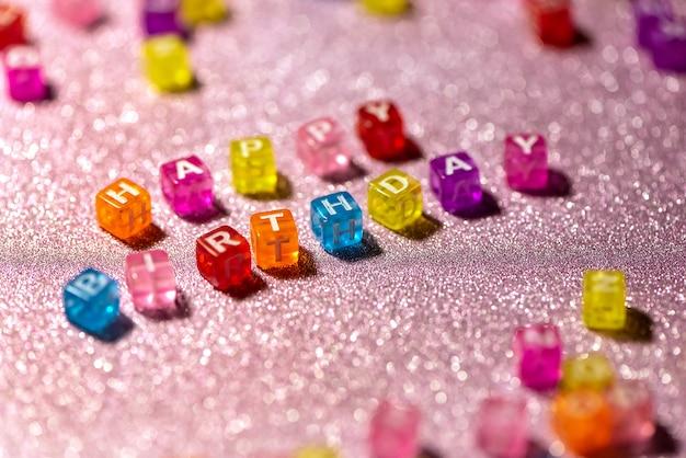 Wszystkiego Najlepszego Z Kolorowych Bloków Liter Na Tle Różowy Brokat. Pocztówka Z Okazji. Premium Zdjęcia
