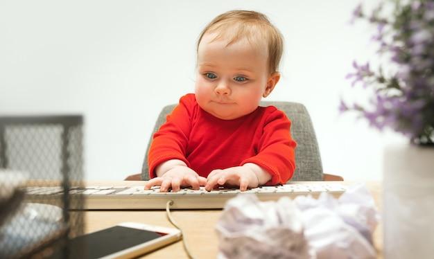 Wszystkiego Najlepszego Z Okazji Dziecka Maluch Dziewczynka Siedzi Z Klawiaturą Komputera Na Białym Tle Darmowe Zdjęcia