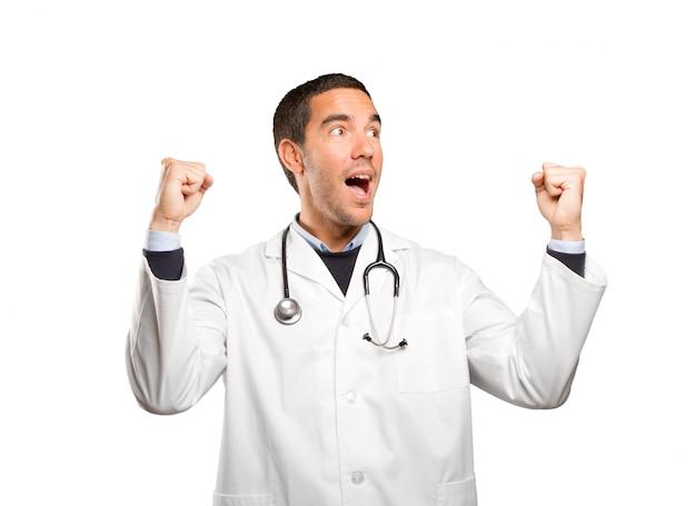 Wszystkiego Najlepszego Z Okazji Lekarza Z Gestem Uroczystości Na Białym Tle Premium Zdjęcia