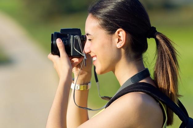 Wszystkiego najlepszego z okazji młoda dziewczyna robienia zdjęć w tej dziedzinie Darmowe Zdjęcia