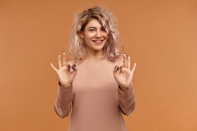 Wszystko Jest Perfekcyjne. Poziome, Przyjaźnie Wyglądająca, Czarująca Młoda Kobieta Z Kolczykiem Na Twarzy I Różowawymi Włosami Wyrażająca Pozytywne Emocje, Szeroko Uśmiechnięta Darmowe Zdjęcia