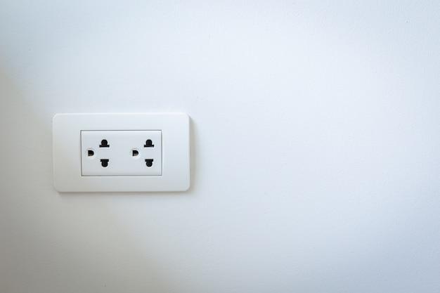 Wtyczki Elektryczne Na Białej ścianie Premium Zdjęcia