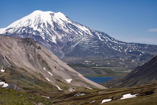 Wulkan Ichinsky Jest Aktywnym Wulkanem Na Półwyspie Kamczatka, Daleko Na Wschód Od Rosji Premium Zdjęcia