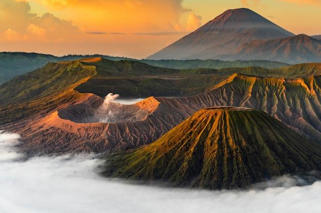 Wulkan Z Mgłą Przy Zmierzchem Darmowe Zdjęcia