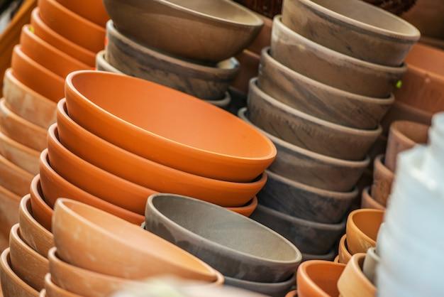 Wybierając Ceramiczne Doniczki Roślinne Zdjęcie Darmowe