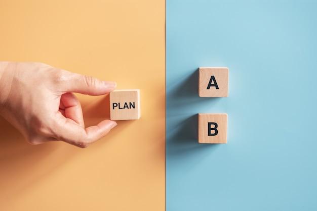 Wybierz Ręcznie Drewniany Sześcian Ze Słowem Plan A Do Plan B Na Niebieskim I żółtym Tle. Pomysł Na Biznes. Premium Zdjęcia