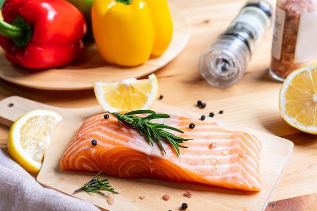 Wybór Zdrowego Jedzenia Dla Serca Na Tle Drewniane Premium Zdjęcia