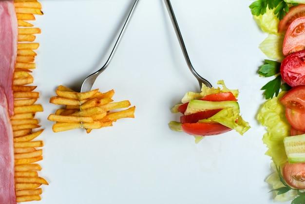 Wybór Zdrowego Lub Niezdrowego Jedzenia Premium Zdjęcia
