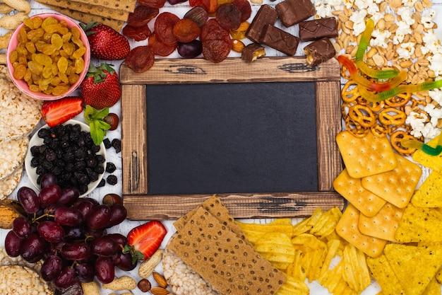Wybór Zdrowych I Niezdrowych Przekąsek Premium Zdjęcia