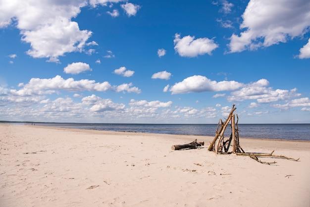 Wybrzeże Morza Z Chmurami W Słoneczny Letni Dzień. Premium Zdjęcia