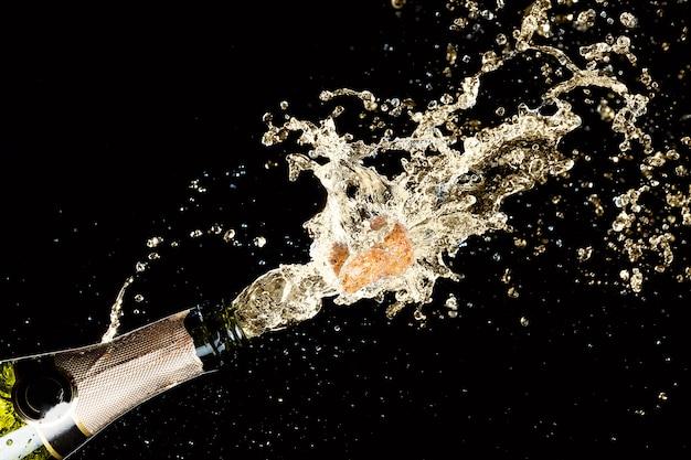 Wybuch Rozpryskiwania Szampańskiego Wina Musującego Premium Zdjęcia