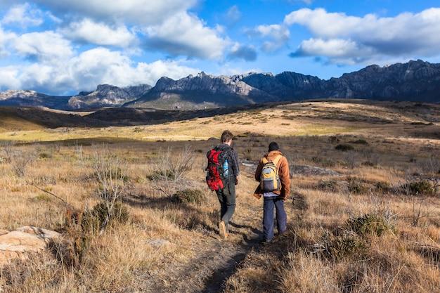 Wycieczkowicz Z Przewodnikiem Po Parku Narodowym. Andringitra Madagaskar Premium Zdjęcia