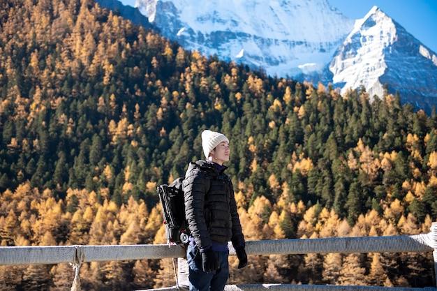 Wycieczkuje Mężczyzna Cieszy Się W śnieg Szczytu Górze Przy Jesienią, Ludzie Podróżuje Pojęcie Premium Zdjęcia