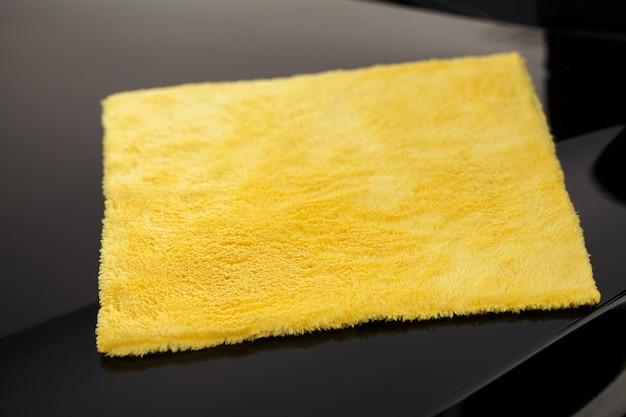Wycieranie Panelu Luksusowego Samochodu Z żółtą Mikrofibrą Premium Zdjęcia