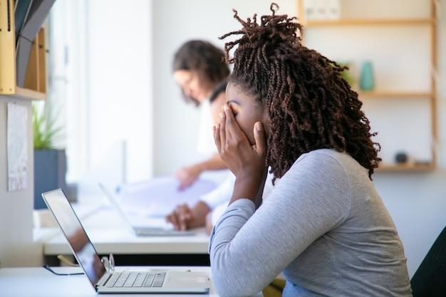 Wyczerpana African American Kobieta Pocierania Twarzy Darmowe Zdjęcia