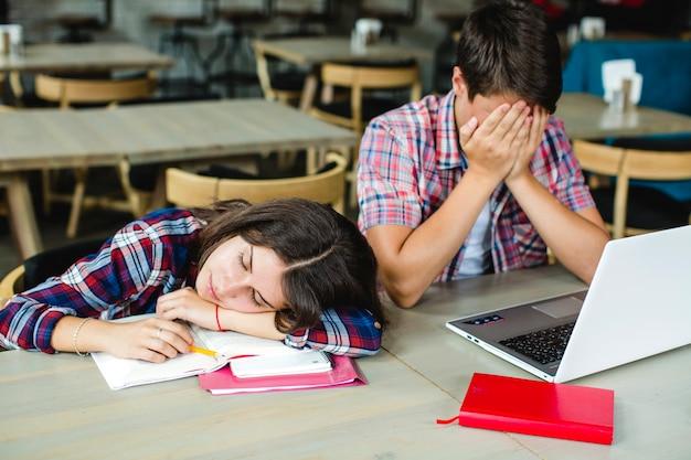 Wyczerpani uczniowie na pulpicie Darmowe Zdjęcia