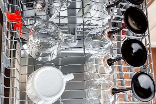 Wyczyść szklanki i filiżanki w koszu po umyciu w zmywarce. Premium Zdjęcia