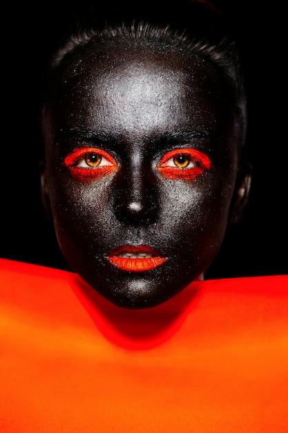 Wygląd Mody. Glamour Fashion Piękna Czarna Amerykanka W Czarnej Masce Z Pomarańczowym Jasnym Makijażem I Pomarańczowymi Ustami Z Pomarańczowym Materiałem Darmowe Zdjęcia