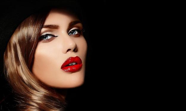 Wygląd Mody. Seksowny Portret Pięknej Seksownej Stylowej Młodej Modelki Rasy Białej Z Jasnym Makijażem, Z Czerwonymi Ustami, Z Idealnie Czystą Skórą W Wielkim Czarnym Kapeluszu Darmowe Zdjęcia