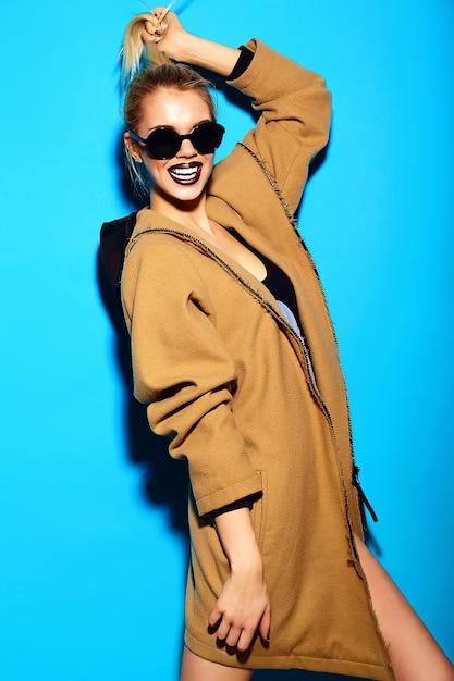 Wygląd Mody. Seksowny Stylowy Zabawny Seksowny Piękny Młody Blond Kobieta Model W Lecie Jasne Hipster Tkaniny Darmowe Zdjęcia