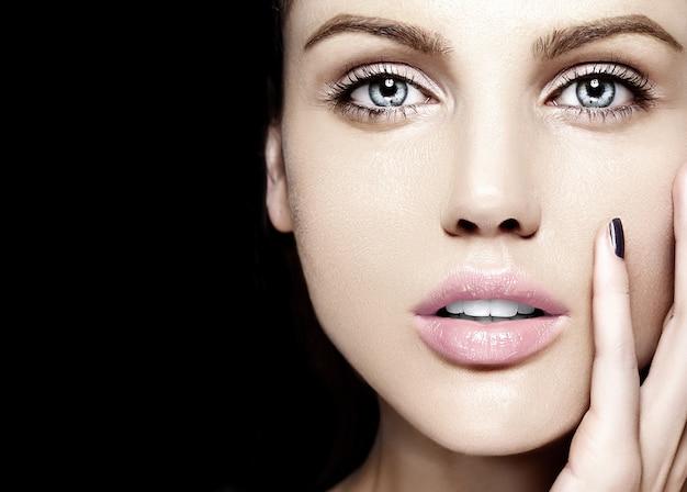 Wygląd Mody. Seksowny Zbliżenie Piękno Portret Pięknej Młodej Kobiety Rasy Kaukaskiej Model Z Nagim Makijażem Z Idealnie Czystą Skórą Darmowe Zdjęcia