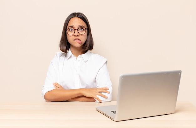 Wyglądając Na Zaskoczonego I Zdezorientowanego, Przygryzając Wargę Nerwowym Gestem, Nie Znając Odpowiedzi Na Problem Premium Zdjęcia
