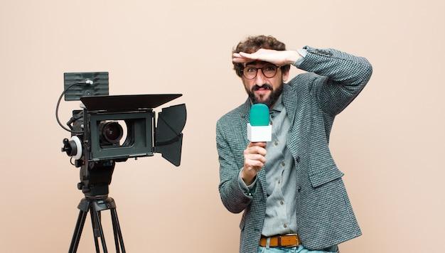 Wyglądał Na Oszołomionego I Zdziwionego, Z Dłonią Na Czole Odwracającą Wzrok, Obserwującą Lub Szukającą Premium Zdjęcia