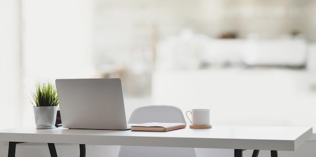 Wygodne Miejsce Pracy Z Laptopem, Filiżanką Kawy I Artykułami Biurowymi Premium Zdjęcia