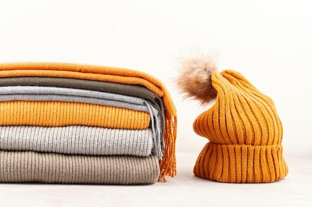 Wygodny Ciepły Strój Na Chłodne Dni. Wygodna Jesień, Zimowe Ubrania Na Zakupy, Wyprzedaż, Styl W Modnych Kolorach Premium Zdjęcia