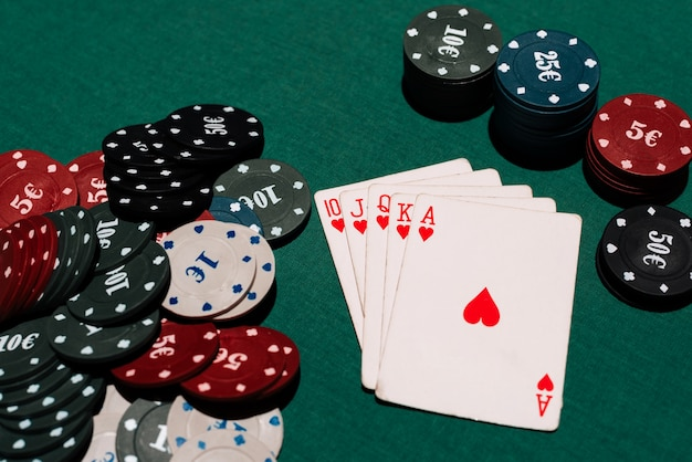 Wygrana W Pokera W Kasynie. Poker Królewski I Bank żetonów Na Tle Zielonego Stołu Premium Zdjęcia