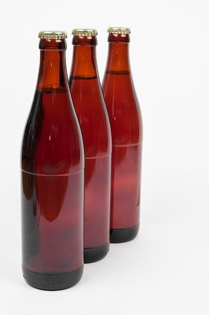 Wykładający w górę piwnych butelek na białym tle Darmowe Zdjęcia