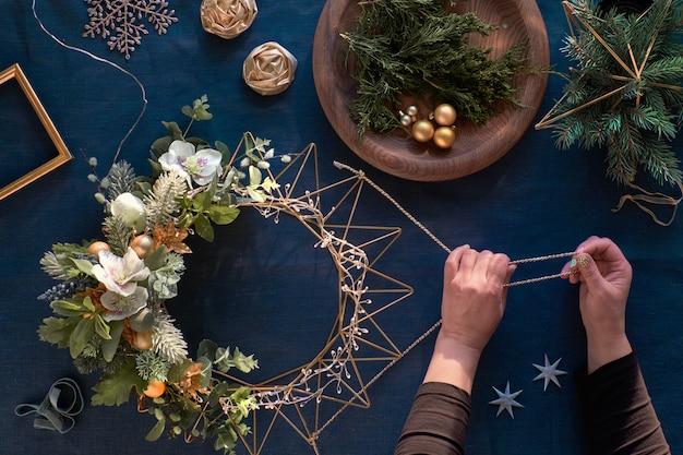 Wykonanie Dekoracyjnego Wieńca świątecznego Na Klasycznym Niebieskim Lnie Premium Zdjęcia
