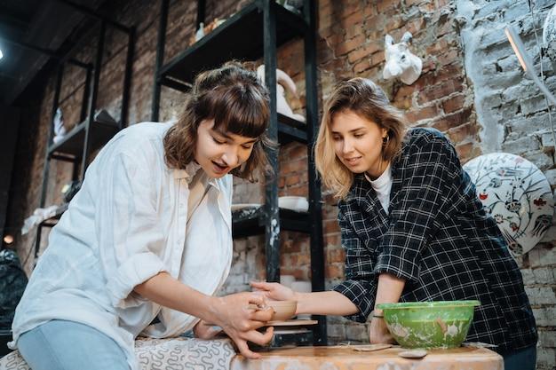 Wykonywanie Ręcznie Robionego Glinianego Garnka. Lekcja Ceramiki, Hobby. Darmowe Zdjęcia