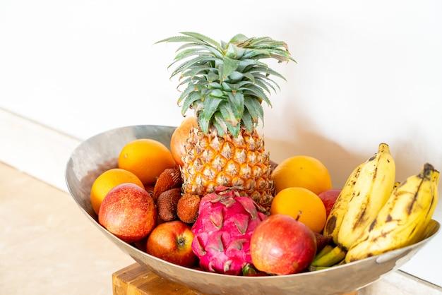 Wymieszaj Owoce Na Tacy Premium Zdjęcia