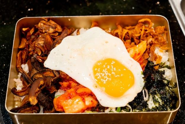 Wymieszaj Ryż Ze Smażonym Jajkiem Premium Zdjęcia