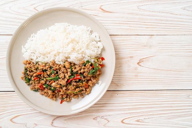 Wymieszaj Smażoną Tajską Bazylię Z Mieloną Wieprzowiną I Chili Na Wierzchu Ryżu, Tajskie Lokalne Jedzenie Premium Zdjęcia