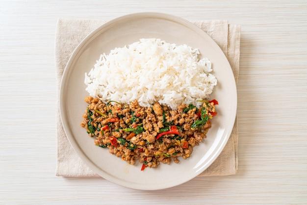 Wymieszaj Smażoną Tajską Bazylię Z Mieloną Wieprzowiną I Chilli Na Wierzchu Ryżu, Tajskie Lokalne Jedzenie Premium Zdjęcia
