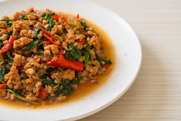 Wymieszaj Smażoną Tajską Bazylię Z Mieloną Wieprzowiną I Chilli, Tajskie Lokalne Jedzenie Premium Zdjęcia